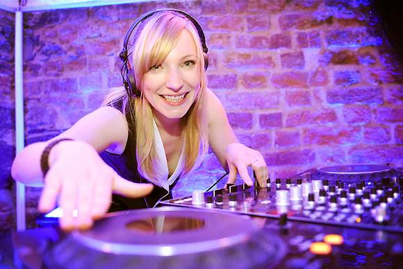 All Entertainment - Leistungen - Kuenstler - DJs - DJane Ghia